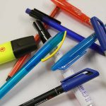diverse Schreibstifte und Marker